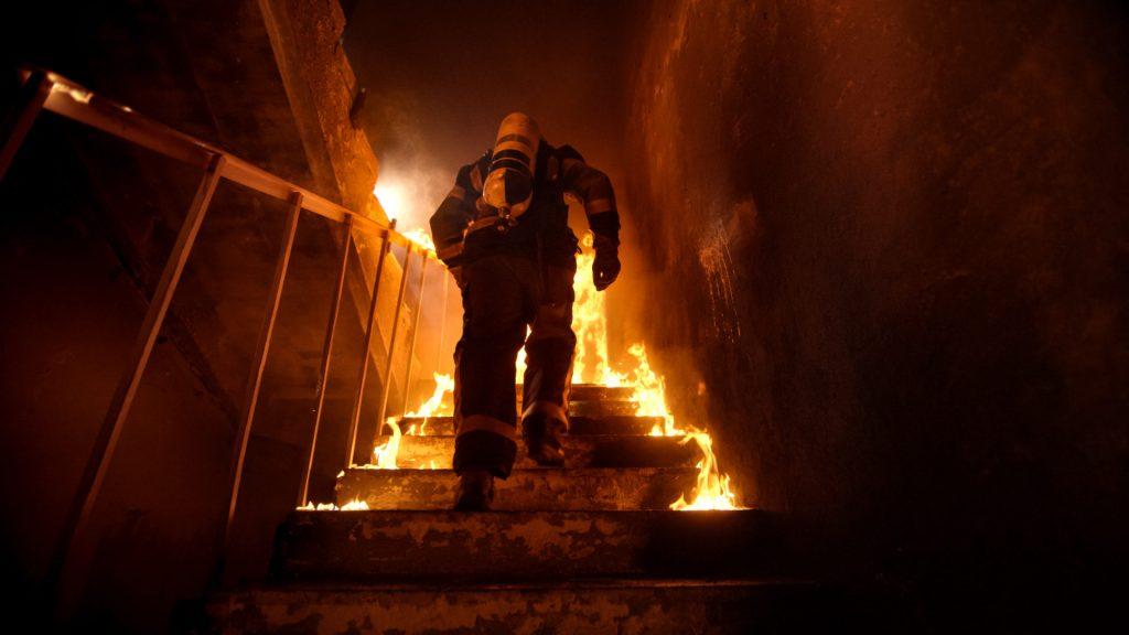 Brannmann i flammer